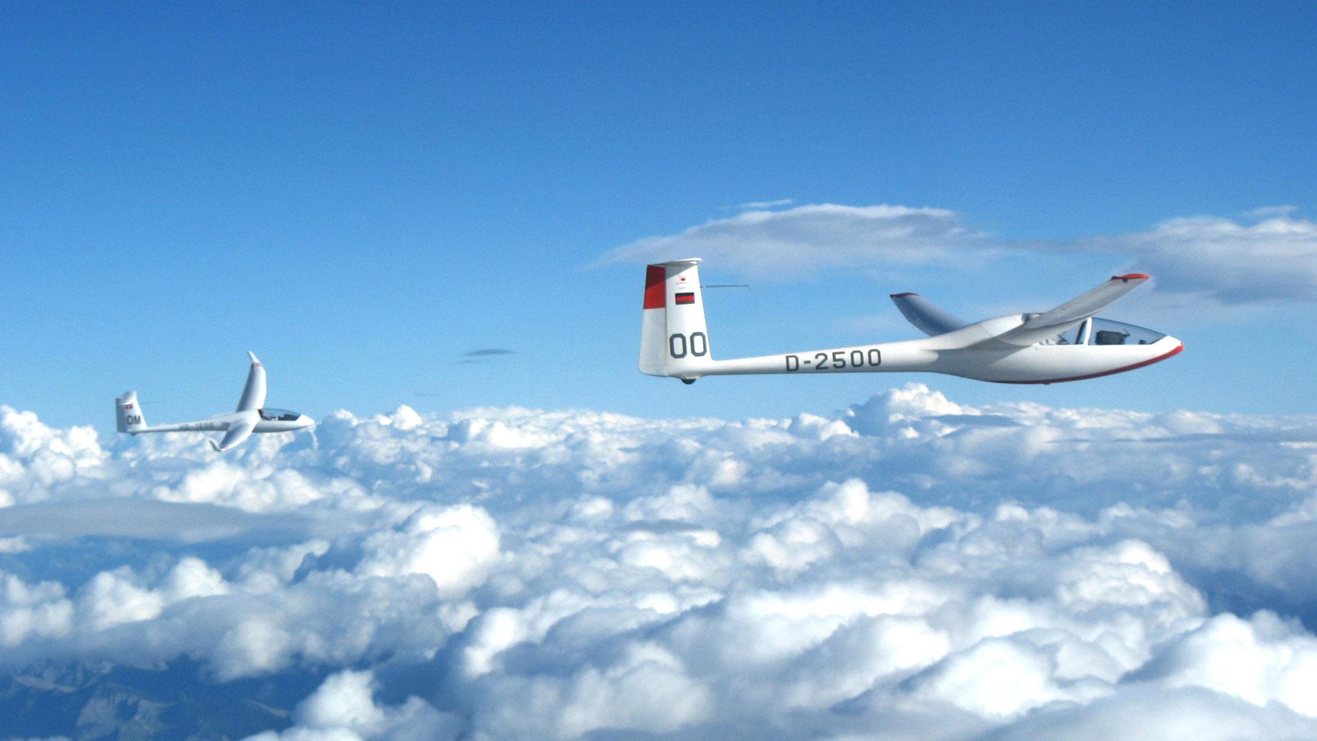 double-planeur-au-dessus-des-nuages